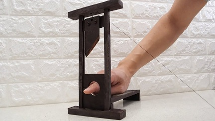this-youtuber-creates-a-working-guillotine-made-of-1550322085_md